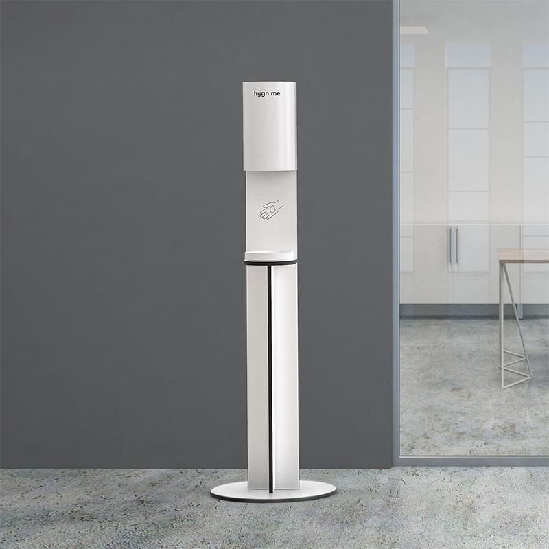 Design Hygienestationen und Desinfektionsspender: hygn.me Station 3 column Desinfektionsspender als Säule freistehend in weiß mit Sensor zur kontaktlosen Desinfektion der Hände
