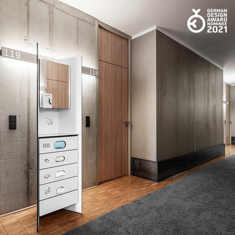 Design Hygienestationen und Desinfektionsspender: hygn.me Station 1 Hygienestation freistehend in weiß mit Spiegel und Sensor zur kontaktlosen Desinfektion der Hände und Fächern zur Entnahme von Hygieneartikeln (Masken, Handschuhe, Tücher), nominiert für den German Design Award 2021
