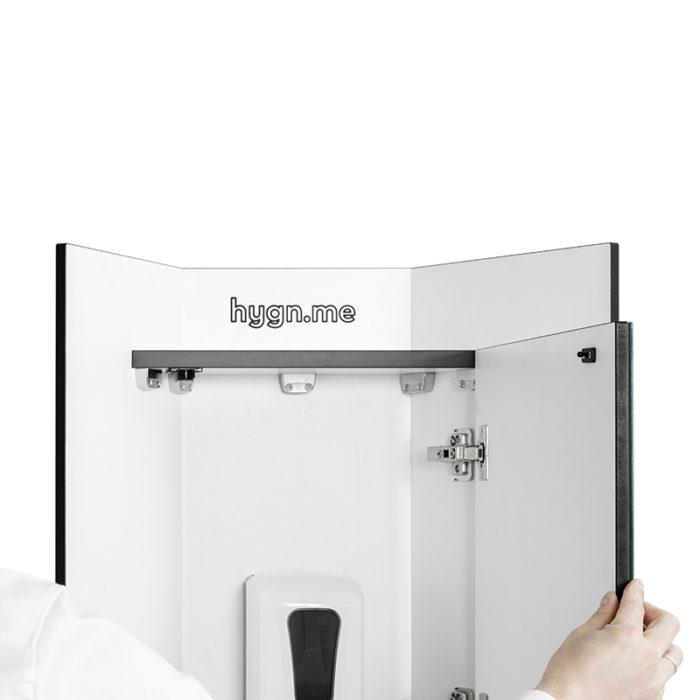 Design Hygienestationen und Desinfektionsspender: hygn.me Station 1 oberes Modul mit Desinfektionsmittelspender hinter einer Spiegeltür, aufgeklappt