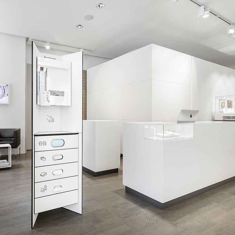 Design Hygienestationen und Desinfektionsspender: hygn.me Station 1 Hygienestation freistehend in weiß mit Spiegel und Sensor zur kontaktlosen Desinfektion der Hände und Fächern zur Entnahme von Hygieneartikeln (Masken, Handschuhe, Tücher)